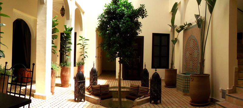 Le patio du Riad Signature, avec ses plantes et sa fontaine